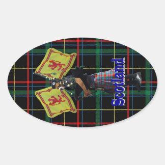 タータンチェックのスコットランドのパイパー 楕円形シール