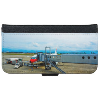 ターミナルで貨物と荷を積まれる飛行機 iPhone 6 ウォレットケース
