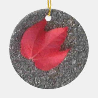 タールマカダム舗装の赤い葉 セラミックオーナメント
