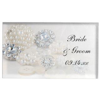 ダイヤモンドおよび白い真珠ボタンの結婚