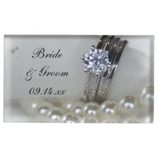 ダイヤモンド指輪および白い真珠の結婚 テーブルカードホルダー