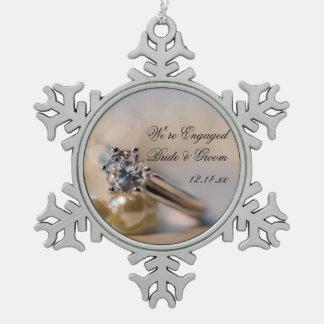 ダイヤモンド指輪および真珠の婚約 スノーフレークピューターオーナメント