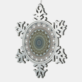 ダイヤモンド、真珠および宝石用原石の万華鏡のように千変万化するパターン スノーフレークピューターオーナメント
