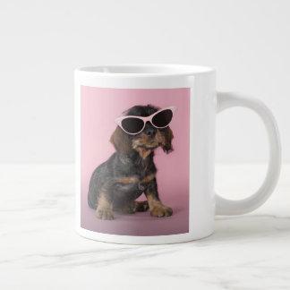 ダックスフントの子犬の身に着けているサングラス ジャンボコーヒーマグカップ