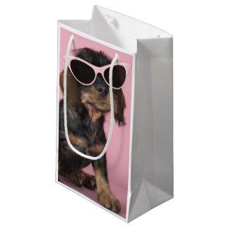 ダックスフントの子犬の身に着けているサングラス スモールペーパーバッグ