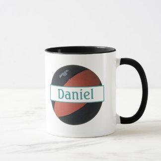 ダニエルの名前入りなバスケットボールの信号器のマグ マグカップ