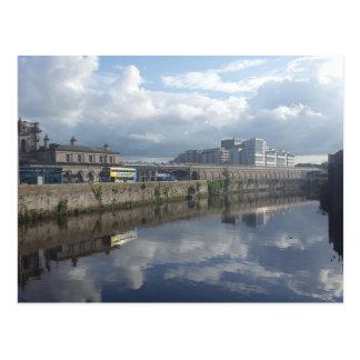 ダブリンの川岸の反射の郵便はがき はがき