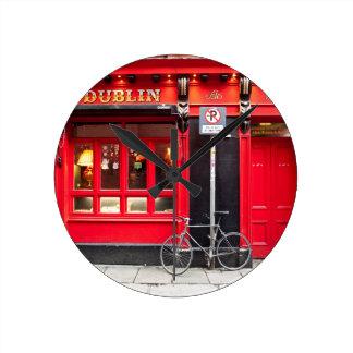 ダブリンの赤いパブ ラウンド壁時計