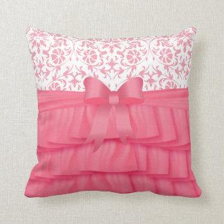 ダマスク織のピンクのサテンのひだ及びピンクの弓 クッション