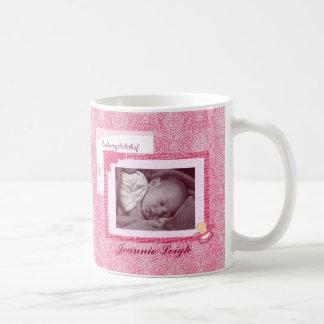 ダマスク織の女の赤ちゃんの誕生の写真の記念品 コーヒーマグカップ