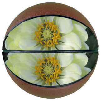 ダリアの薄黄色の花 バスケットボール
