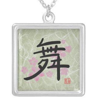 ダンスの漢字のネックレス(緑) シルバープレートネックレス