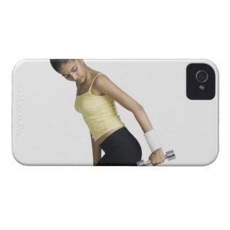 ダンベルと運動している若い女性 Case-Mate iPhone 4 ケース