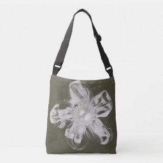 ダークグレーのテュルの白い花 クロスボディバッグ