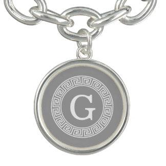 ダークグレーの白いギリシャ人の鍵のRndフレームのイニシャルのモノグラム チャームブレスレット
