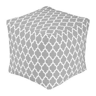 ダークグレーの白いモロッコのクローバーパターン#4 プーフ