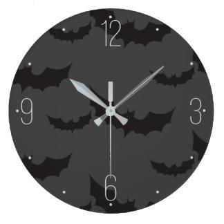 ダークグレーの背景ハロウィンの黒いこうもり ラージ壁時計