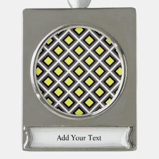 ダークグレー、黒く、黄色のイカットのダイヤモンド シルバープレートバナーオーナメント
