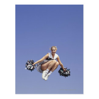 チアリーダー、低い角度眺め跳んでいる、ポートレートは ポストカード