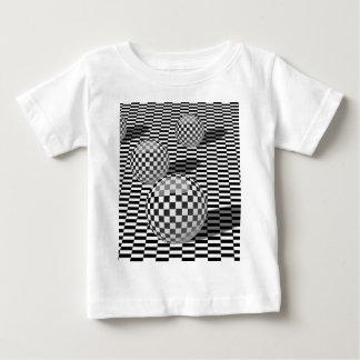 チェスの球を持つ白黒絵 ベビーTシャツ