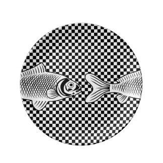 チェッカーの装飾的な磁器皿の半分の魚 磁器プレート