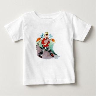 チェック模様のズボンのワイシャツを持つ子供 ベビーTシャツ