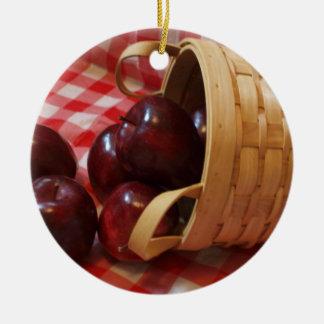 チェック模様のテーブルクロスの国のりんご セラミックオーナメント
