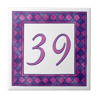 チェック模様のピンクおよび紫色の大きい屋家番号 タイル