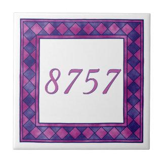 チェック模様のピンクおよび紫色の小さい家数 タイル