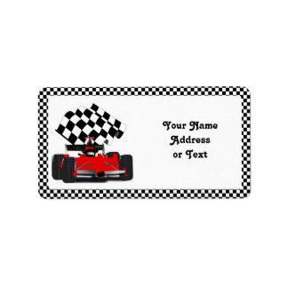 チェック模様の旗が付いている赤いレースカー ラベル