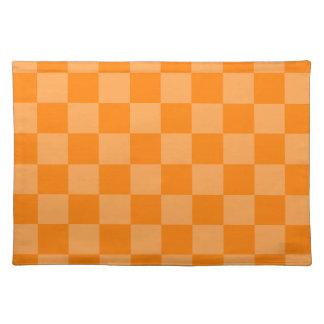 チェック模様の-オレンジおよび暗闇-オレンジ ランチョンマット