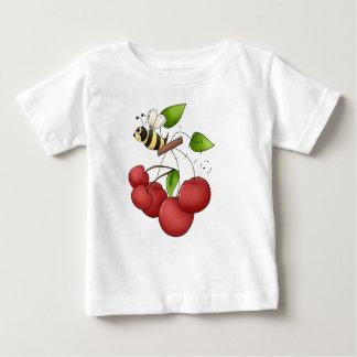チェリーレッドのさくらんぼおよび蜂の束 ベビーTシャツ