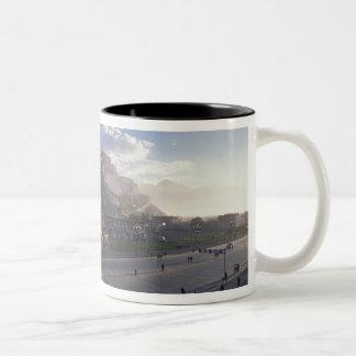 チベット-ラサ。 日の出のPotala ツートーンマグカップ