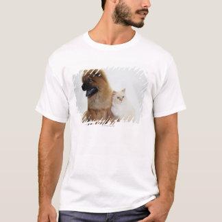 チャウチャウおよび一緒に坐っている白い猫 Tシャツ