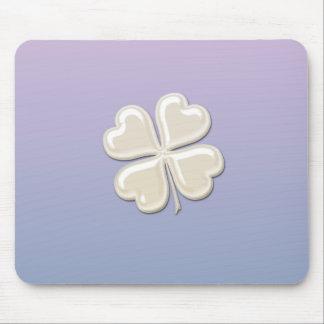 チャーミングで愛らしくシックな真珠の幸運なシャムロック マウスパッド