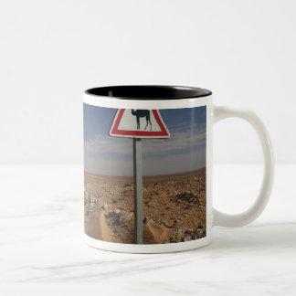 チュニジアのKsour区域、Ksar Ghilaneの油送管 ツートーンマグカップ