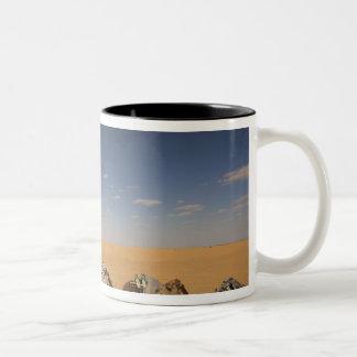 チュニジアのKsour区域、Ksar Ghilane、壮大なエルグ2 ツートーンマグカップ