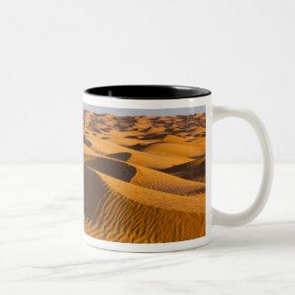 チュニジアのKsour区域、Ksar Ghilane、壮大なエルグ4 ツートーンマグカップ