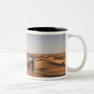 チュニジアのKsour区域、Ksar Ghilane、壮大なエルグ7 ツートーンマグカップ