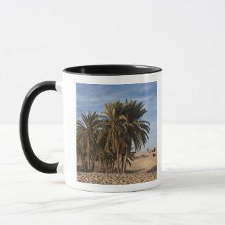 チュニジア、サハラ砂漠の砂漠、Douzの素晴らしい砂丘、やし マグカップ