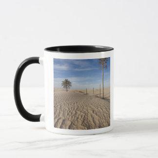 チュニジア、サハラ砂漠の砂漠、Douzの素晴らしい砂丘、夜明け マグカップ