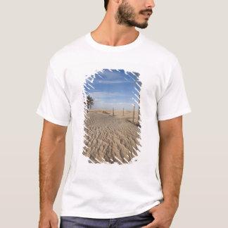 チュニジア、サハラ砂漠の砂漠、Douzの素晴らしい砂丘、夜明け Tシャツ