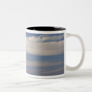 チュニジア、サハラ砂漠の砂漠、Douzの素晴らしい砂丘、薄暗がり2 ツートーンマグカップ