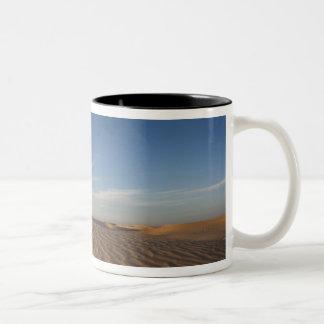 チュニジア、サハラ砂漠の砂漠、Douzの素晴らしい砂丘、薄暗がり ツートーンマグカップ
