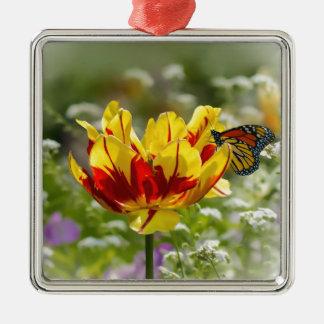 チューリップの花およびマダラチョウ メタルオーナメント