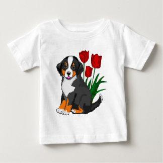 チューリップを持つバーニーズ・マウンテン・ドッグ ベビーTシャツ
