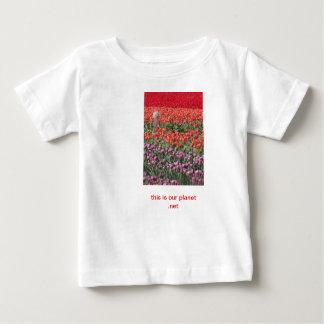 チューリップ分野、眠る人、これの子供は私達の惑星です ベビーTシャツ