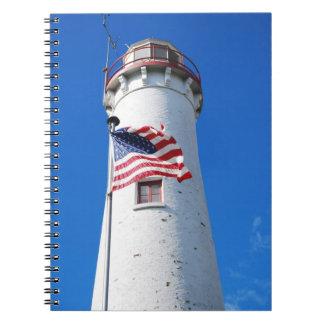 チョウザメポイント灯台の米国旗の飛行 ノートブック