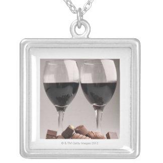 チョコレートが付いている赤ワイン シルバープレートネックレス