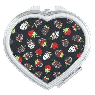 チョコレートはStarwberriesのコンパクトの鏡を浸しました